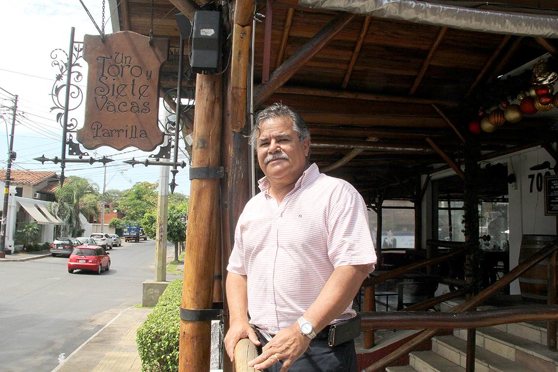 Toti Resquín al frente del restaurante, que en ese tiempo se convirtió en un adalid por su célebre cartelito de No Admisión para los senadores que habían apoyado un caso de corrupción.