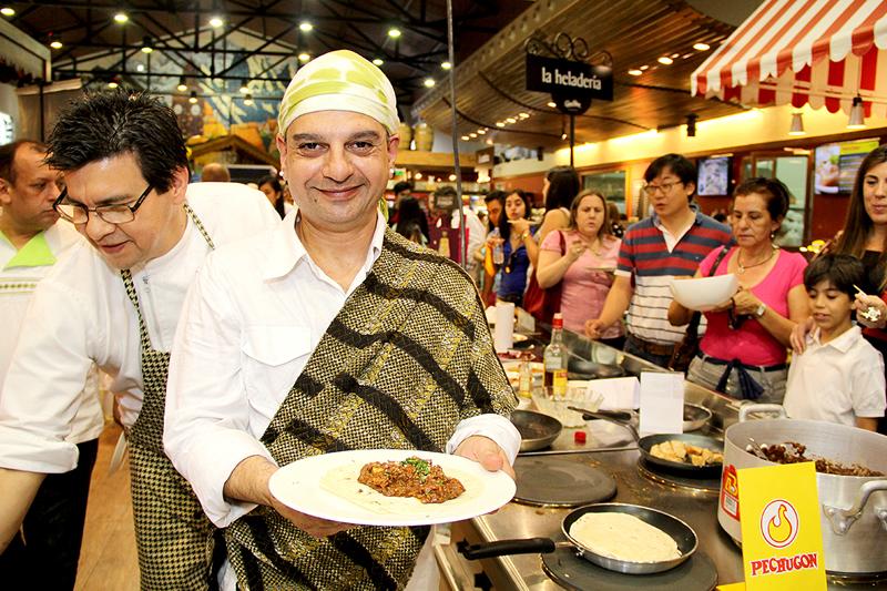 Teddy Salgueiro, ataviado con un traje típico hindú. Fue durante el festejo del Día del Chef en Casa Rica (2014).