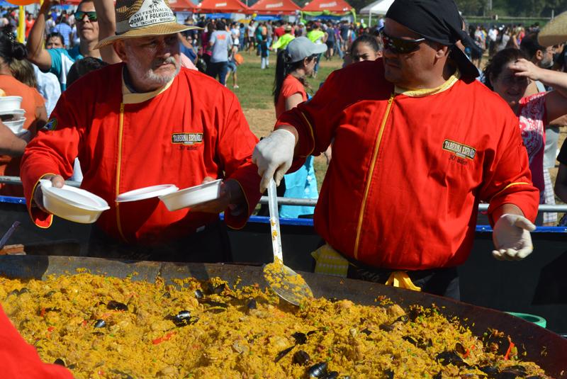 La tradicional gran paella preparada por La Taberna Española. Hubo para mil raciones.