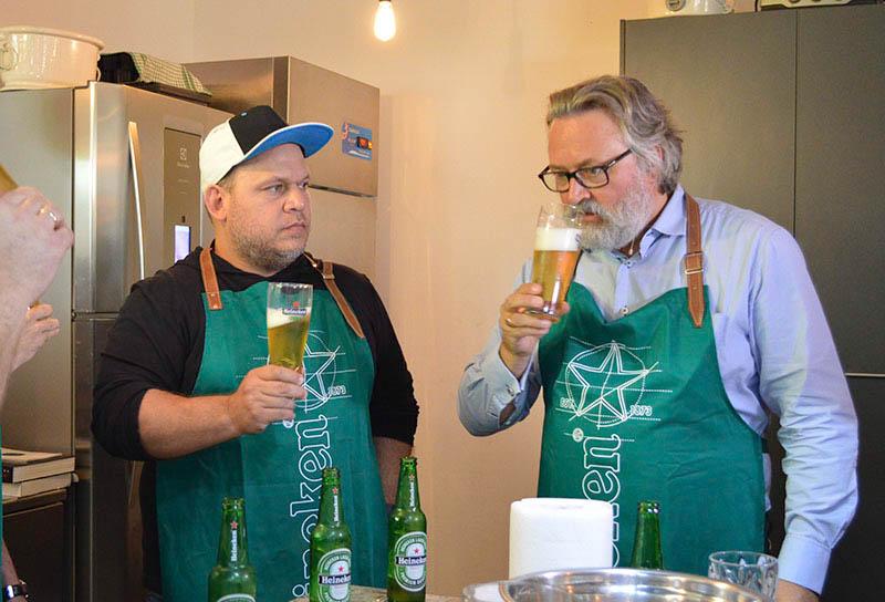 Aquí enseñando como degustar correctamente. Sorber un buen trago de cerveza, esperar un instante a que el gusto y el sabor vuelva a la nariz y la garganta. Tomar la cerveza a tres grados.