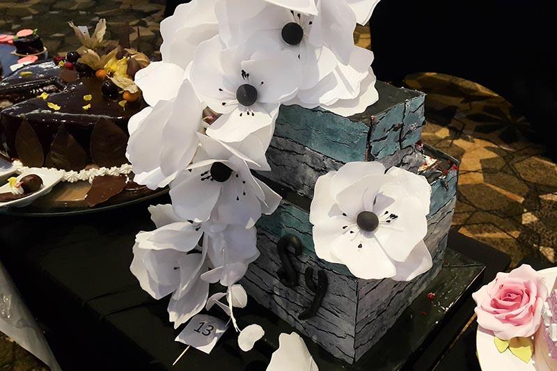 Esta fue la torta ganadora de la edición del año pasado. Las flores blancas estaban elaboradas con papel de arroz comestibles. El bizcochuelo tenía una cobertura en fondant.