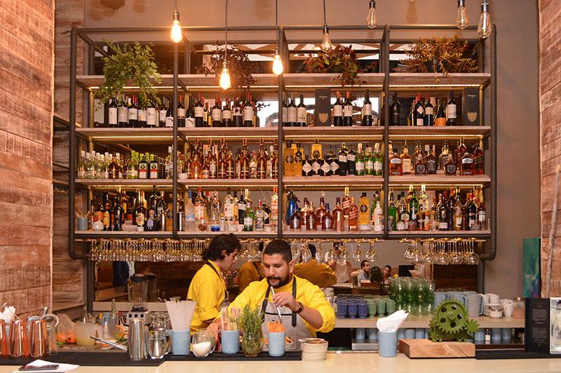 El bar de Takuare´e. Allí preparan mostos en varias modalidades, así como tragos que llevan como elemento principal la caña paraguaya.