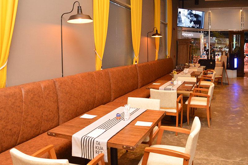 Los asientos tipo sofás contra la pared otorgan una gran comodidad a los comensales.