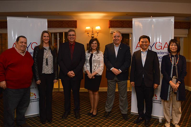 De izquierda a derecha Beto Barsotti, Leticia Vallejos, Carlos Micossi, Marcela Bacigalupo, Néstor Filártiga y Gustavo Koo, durante la presentación de la Academia Paraguaya de Gastronomía.