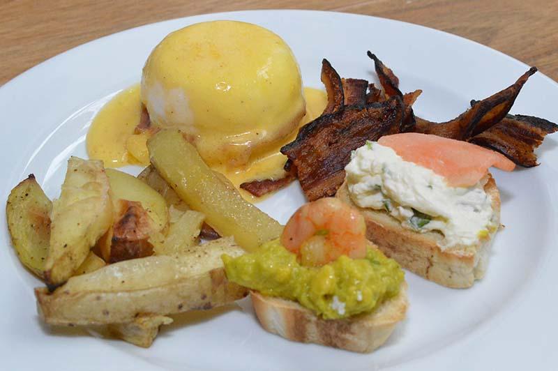 El brunch buffet de La Paste se caracteriza antes que nada por los huevos benedictinos pero además por la variedad de productos.