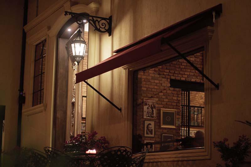 Un toque de nostalgia y de distinción. Esa es la entrada al restaurante y esta toma no permite percibir que uno en realidad está bajo la estructura de una vieja fábrica.