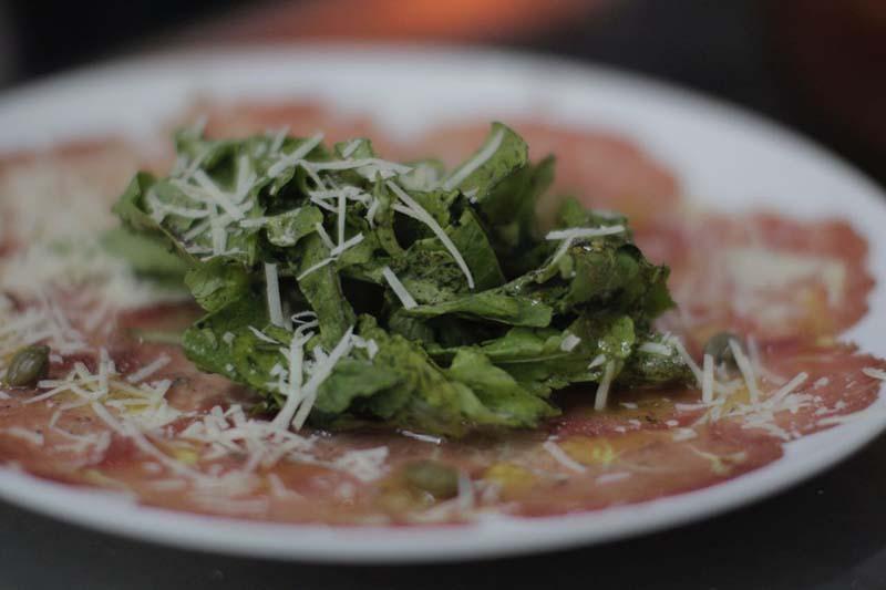 El carpaccio de res. Otro de los clásicos de La Tratoría de Tony. Tiene un menú nuevo pero el viejo estilo italiano de cocina casera.