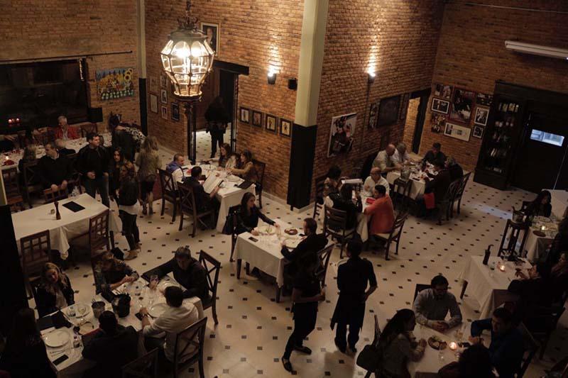 Una vista del salón principal que difiere diametralmente con la anterior estética de La Tratoría de Tony.