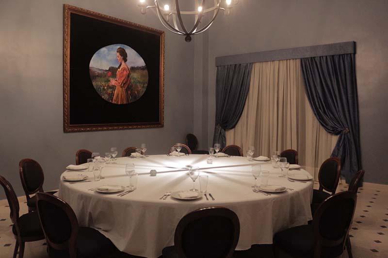 Un salón privado para 18 personas, con acceso independiente, con baño privado y servicio exclusivo. Un privado realmente.