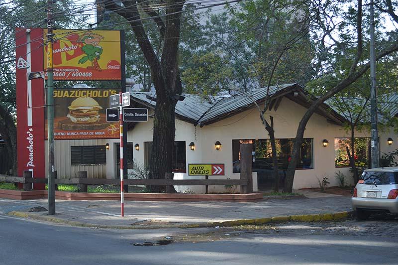 El local de Pancholo´s sobre Mariscal López y Salaskín. Junto al gran árbol que se observa se inició hace 25 años el carrito que se convirtió en una gran empresa.