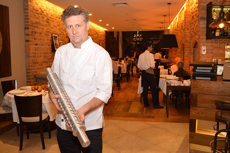 """Guillermo Vanucci, chef ejecutivo de la marca Piegari blandiendo un """"palote"""" que fabricaron con una aleación especial de aluminio para preparar sus pastas artesanales."""
