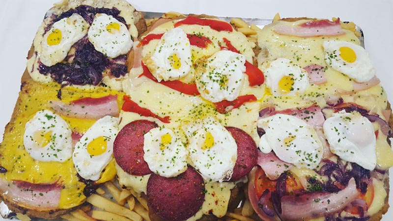 Una milanesa XXL, lleva nada menos que 12 huevos fritos. Uno de las atracciones de El Antojo.