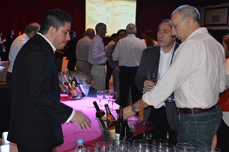 Stands, tablones, vinos a discreción y consumidores interesados. Todo lo que se puede encontrar en una mini expo vino.