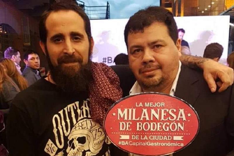 Christian Franco exhibiendo su trofeo al lado del cocinero argentino de Tastemade.