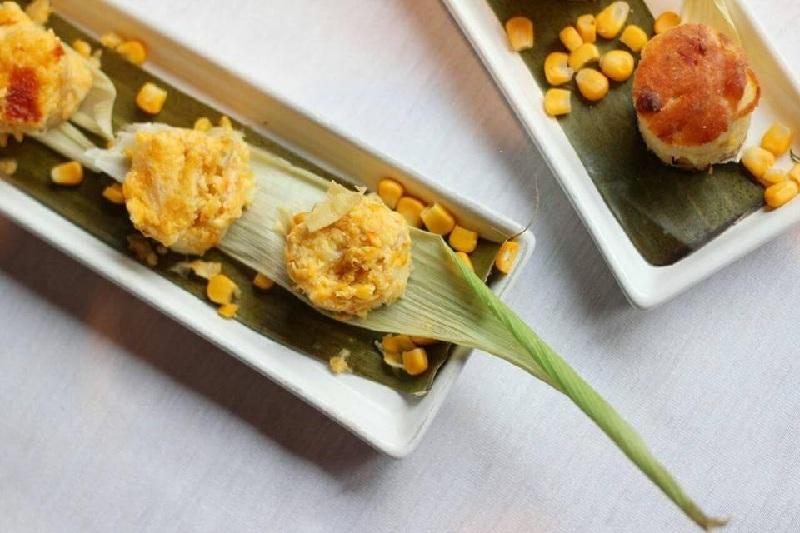 Chipa guazu y sopa paraguaya presentadas en formas redondeadas durante un evento internacional en Punta del Este.
