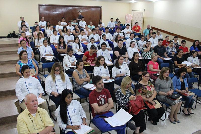 Un aspecto del auditorio del Centro Garofalo donde se realizó el homenaje, a la chipa. Los presentes pudieron degustar las preparaciones y recibieron premios de los auspiciantes.