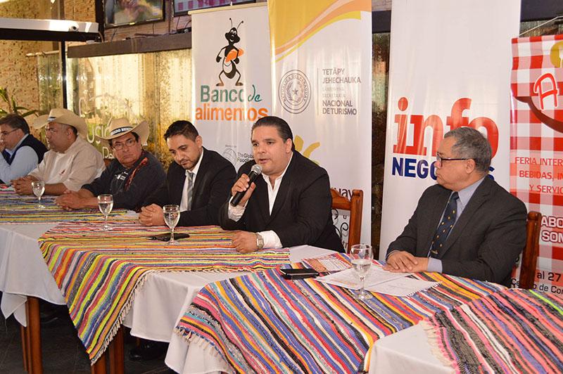 Enrique Duarte de la Oficina Nacional del Empleo explicando que en A Comer habiitarán una feria para el sector gastronómico que está ofreciendo 150 puestos de trabajo.