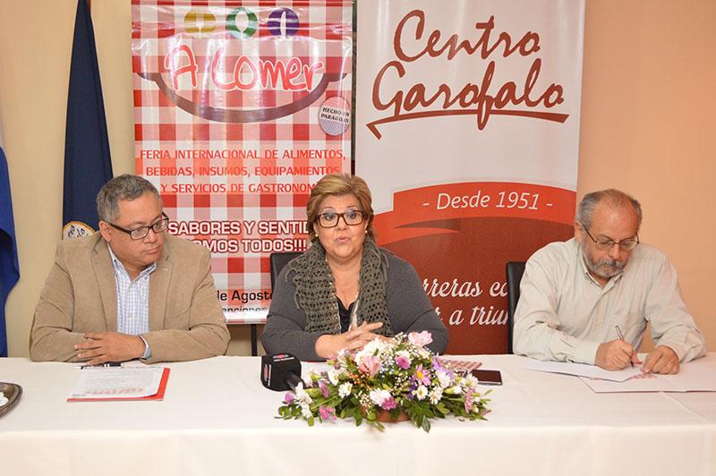 Edgar Robinson, organizador de A Comer, Sarita Garofalo, del Centro Garofalo y Luis Ullón, de la Municipalidad de Asunción durante el anuncio del concurso para elegir a la mejor empanada.