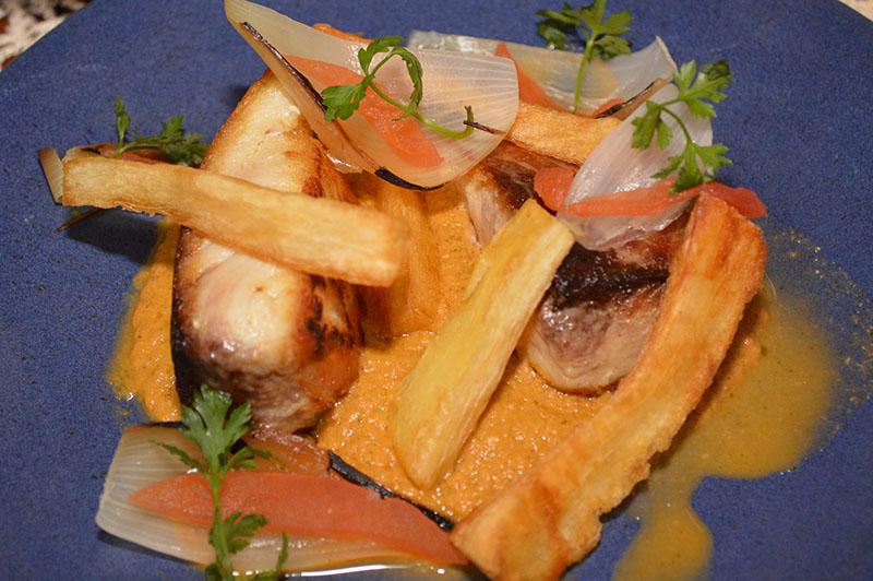 Este plato corresponde a la zona de amazónica y se denomina Sudado de Surubí. Bolivia también tiene surubí. Aquí lo presentan grillado con una salsa que se elabora con los mismos ingredientes de un chupín y lo completan con mandioca frita.