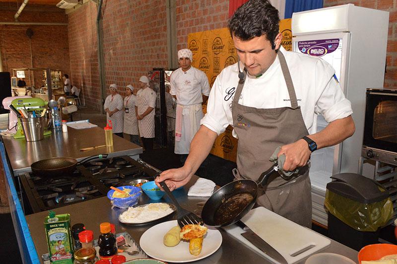 El chef Mauricio López haciendo su tarea durante el evento Que Viva la Cocina.