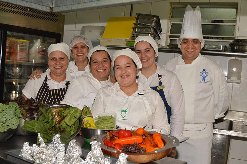 Eliane Kretschmann y Luis Muñoz con parte del equipo de cocina de O Gaucho. El plantel es de 22 personas y están recibiendo una capacitación permanente.