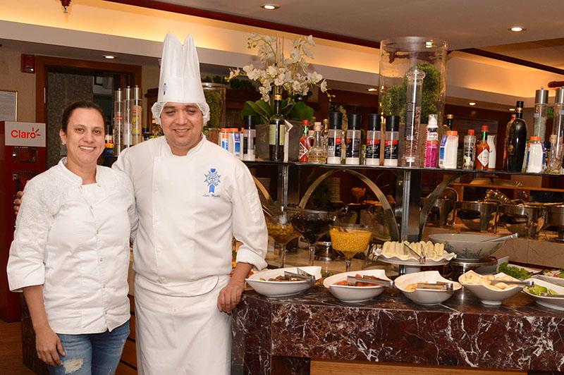 La churrasquería O Gaucho contrató a un chef peruano del Cordon Bleu para capacitar a su personal de cocina. Eliane Kretschmann, la propietaria aparece junto a Luis Muñoz.