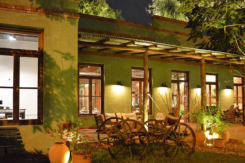Este es el frente del restaurante. Una imagen que busca emular con su rusticidad y sencillez algunas construcciones del Chaco.