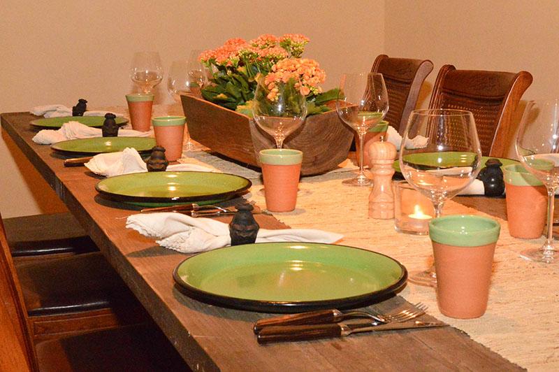 A excepción de los tenedores, cuchillos, y copas, todos los utensilios son nacionales: el plato enlozado, los vasos de barro, las servilletas y mantelitos, las mesas, sillas y el centro, una especie de portaplantera de palo santo.