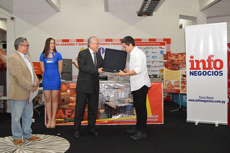 Fernando Ahlers chef propietario de San Pietro recibiendo su premio-