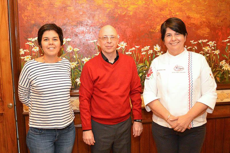 Arami y Teresita O'Hara junto a Ivo Strerath gerente del Hotel Las Margaritas, organizadores de Que Viva la Cocina durante la presentación oficial del evento.