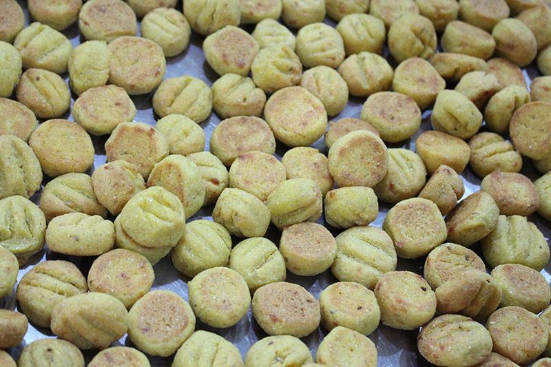Chipa de arroz que tiene un alto contenido de queso y es sumamente blandita a pesar de su aspecto de coquito. Servidos en unos cucuruchos de papel.