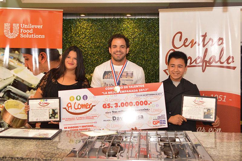 """David Sosa Prado, con el primer premio; Sara Ocampos, con el segundo y Pedro Cuevas con el tercero fueron los ganadores del Primer Concurso """"La Mejor Empanada""""."""
