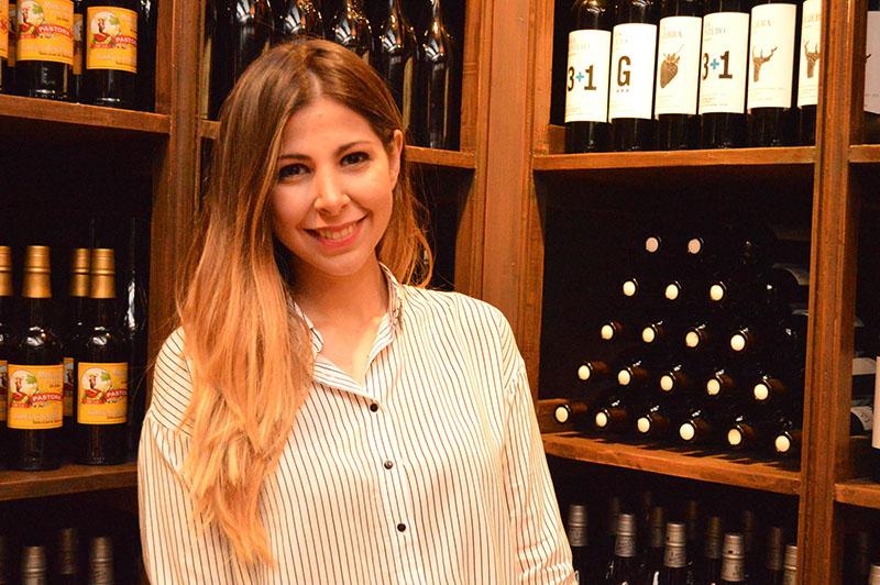 Mauri Benítez, joven cocinera y sumiller que se abocó a la tarea de dar a conocer vinos españoles diferentes y que no son muy conocidos en nuestro medio.