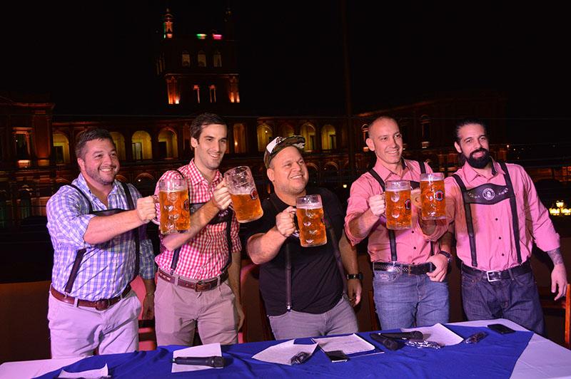 Aparecen de izquierda a derecha, Luis Mongelos, Nicolas Benavente, Macizo Torres, Roger Careaga y Miki Riego durante el lanzamiento oficial del Oktoberfest 2017 en una reunión realizada en Casa Clari.