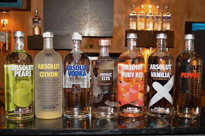Algunas de las variedades de Absolut que se venden en el mercado. Entre ellas vemos varias que son saborizadas. En el medio el Absolut Vodka y el Absolut Elyx el producto ícono de la marca.