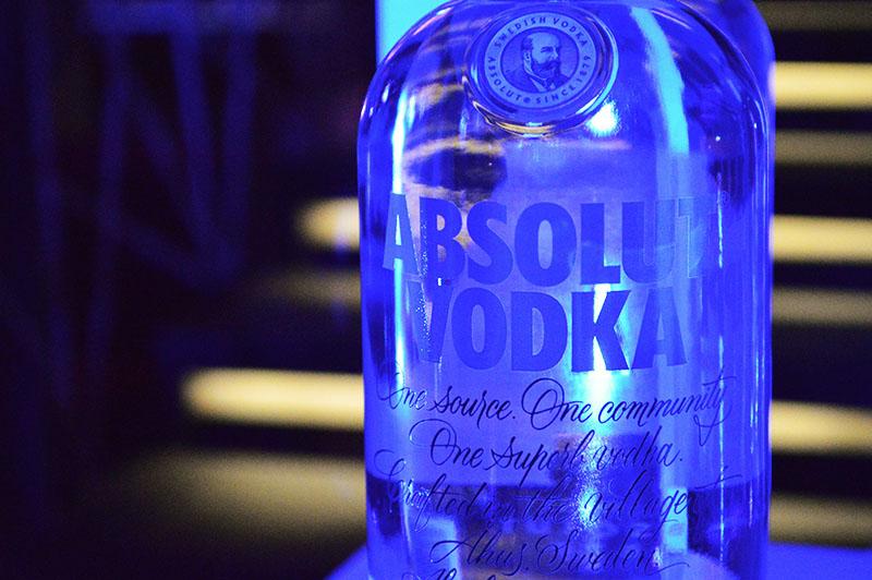 En 1979 surgió Absolut Vodka. Envasado en una botella transparente parecida a las usadas en las farmacias. No tenía etiqueta pero lleva el nombre impreso sobre la botella pero se podía ver a través de ella. Pero el orígen de la bebida se remonta a cien años antes.
