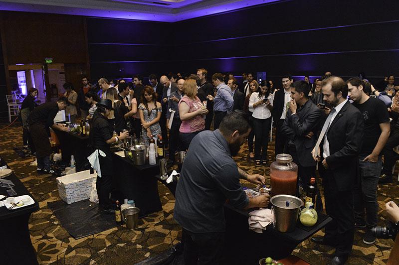 El público formando fila para degustar los tragos de caipiriña preparados por los competidores.