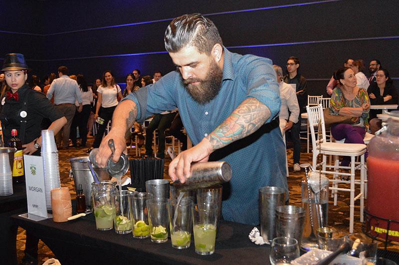 Diego Gaona preparando los vasos de Caipiriña para presentarlos a los miembros del jurado. Es bartender de Morgan