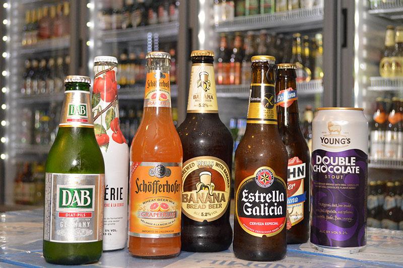 Algunas de las tantas marcas que tienen a la venta en Euroshop. Algunas de ellas rarezas como la cerveza de banana, la de chocolate y la de cereza.