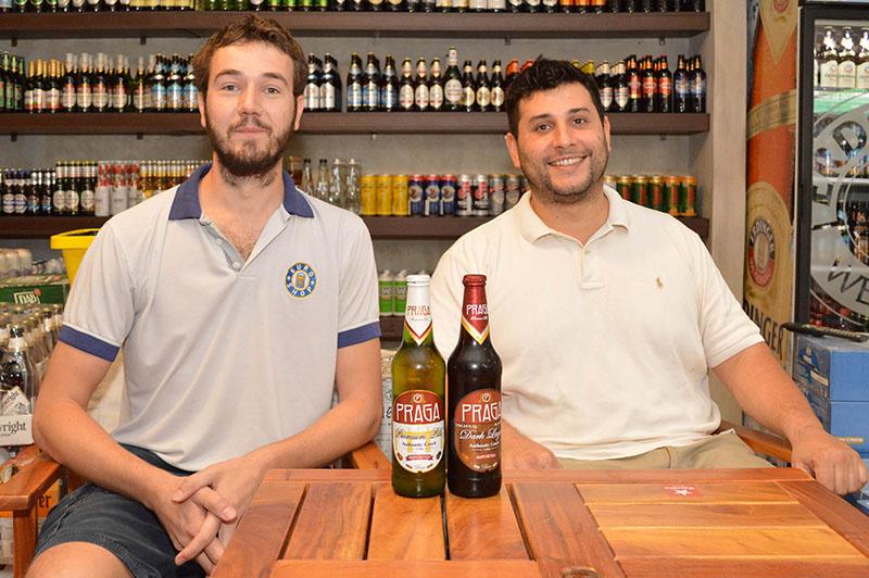 Jefferson y Jaime crearon Euroshop un beerstore especializado en cervezas importadas aunque tienen también las artesanales Sajonia y Herken.