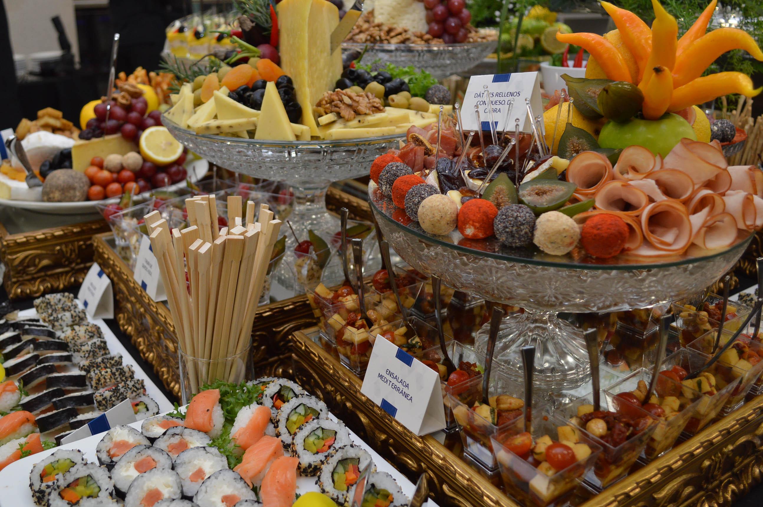 La mesa del buffet que disfrutaron los invitados a la inauguración de Gastro Center.