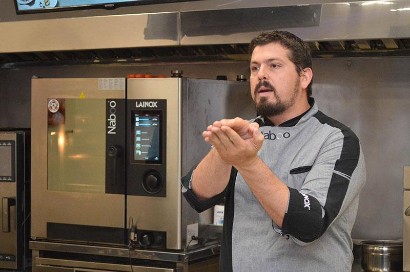 Armando Taboada, peruano, chef de lainok para Sudamérica, explicando las bondades de la citada marca italiana de hornos inteligentes.