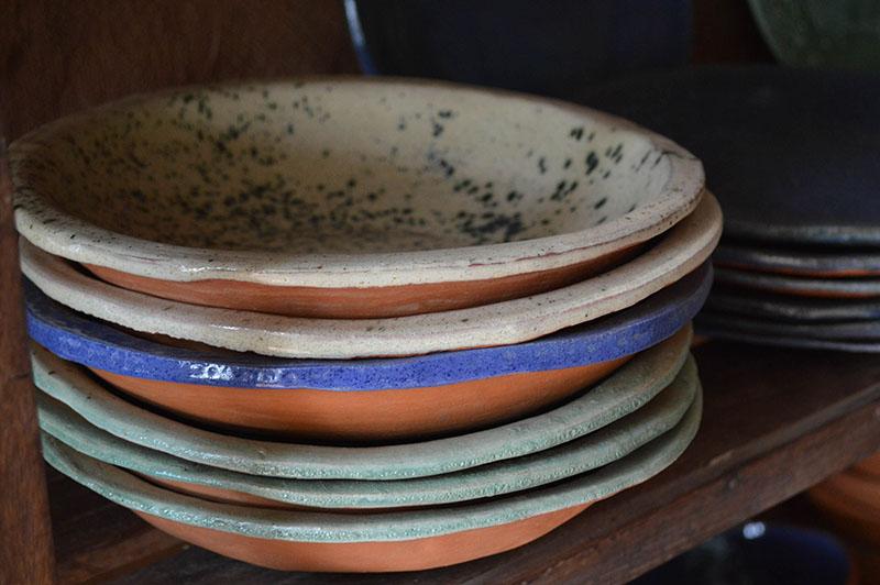 Los platos de Mango Rojo son todos diferentes. Ni uno solo es igual al otro. Ni en su forma ni en sus colores. Porque se hace todo a mano.