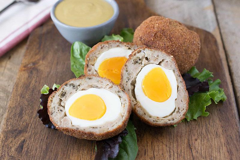El huevo a la escocesa, una especie de villarroy que en vez de la salsa bechamel que rodea al huevo lleva carne de salchichas picadas. Fotografías de: culinaryginger.com