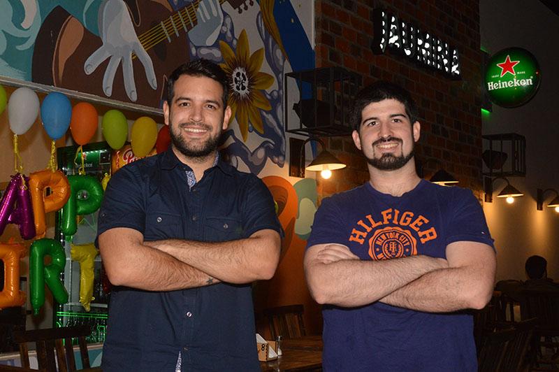 Oscar Pintos, izquierda y Sebastián Barrios, son los propietarios del local.