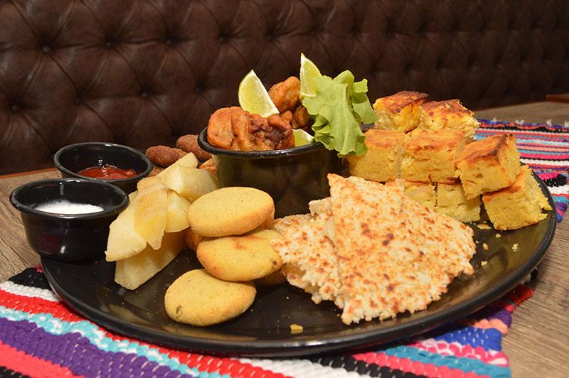 Esta es la picada Ñande Bar. Una de las más pedidas por los clientes. Lleva chipa so´o, mbeju, mandioca, sopa paraguaya, chipa guazú, marineritas de carne, payagua mascada y pastel mandi´o. Cuesta 89.000 guaraníes y da como para cuatro persona.