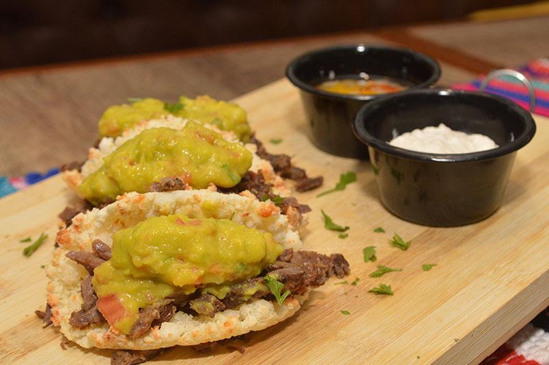 Ñandejara zapatu taco. Mbeju Taco. Es decir un taco de mbeju, con carne vacuna deshilachada y salsa de guacamole. Otro de los preferidos por los clientes del lugr.