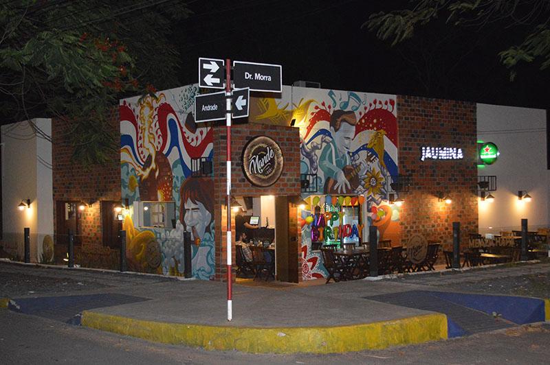 La fachada exhibe un mural pintado por Gustavo Barrios, en el que se destacan motivos tradicionales de nuestro país.