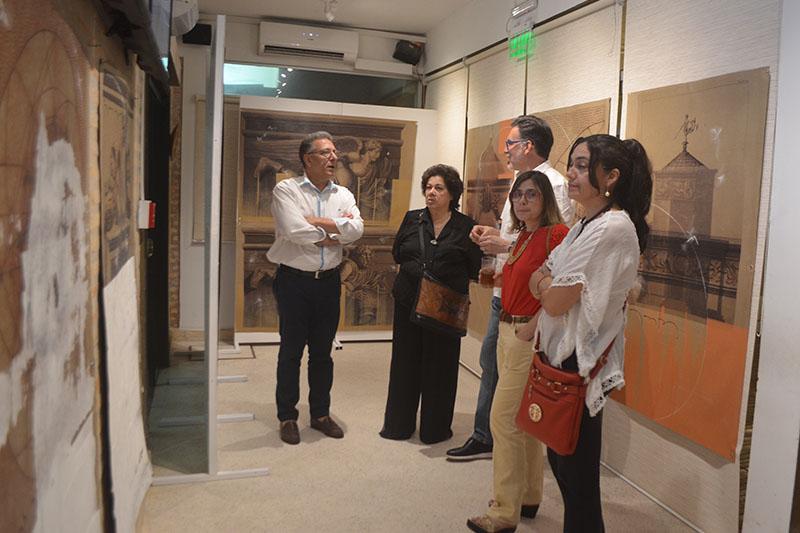 Félix Toranzos, centro, conversando conversando con los asistentes a la vernissage de sus obras en Fusión Restaurante.