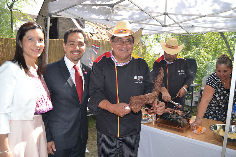 Don Benjamín Benítez junto al embajador paraguayo en Alemania Fernando Ojeda Cáceres y su esposa.